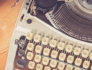Pressemeldung schreiben am Schreibtisch